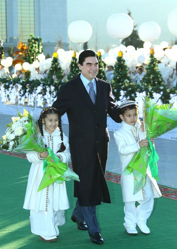 Berdimuhammedov, attuale presidente del Turkmenistan, durante una delle numerose celebrazioni.