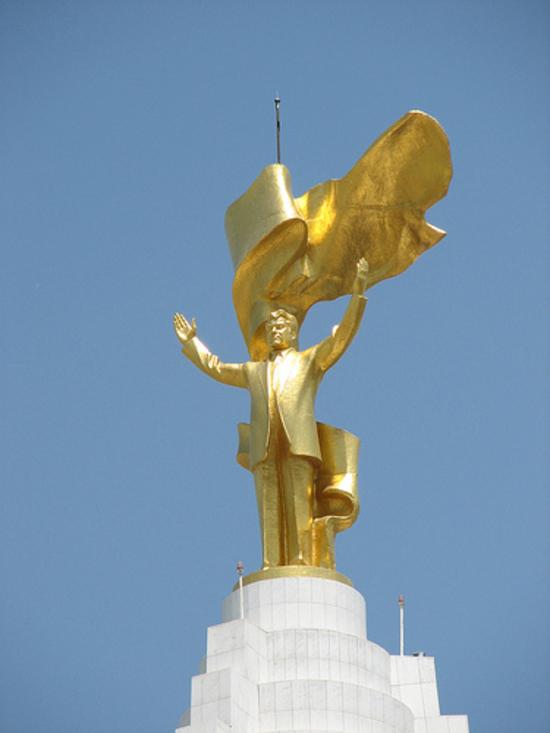 """Statua d'oro di Saparmurat Niyazov detto """"Turkmenbashi"""" il """"leader dei turcomanni"""""""