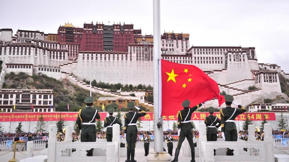 Bandiera cinese sventola davanti al Palazzo del Potala di Lhasa, capital del Tibet - © Xinhua per scmp.com (Fonte: http://www.scmp.com/news/china/article/1327099/chinese-police-fire-tibetan-protesters-demanding-release-villager)