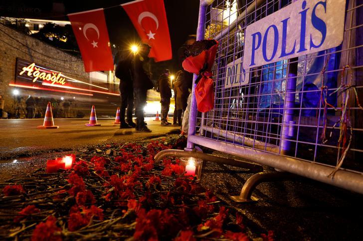 1 Gennaio 2017. Fiori vicino all'ingresso della discoteca Reina di Istanbul, luogo della strage - © REUTERS/Umit Bektas