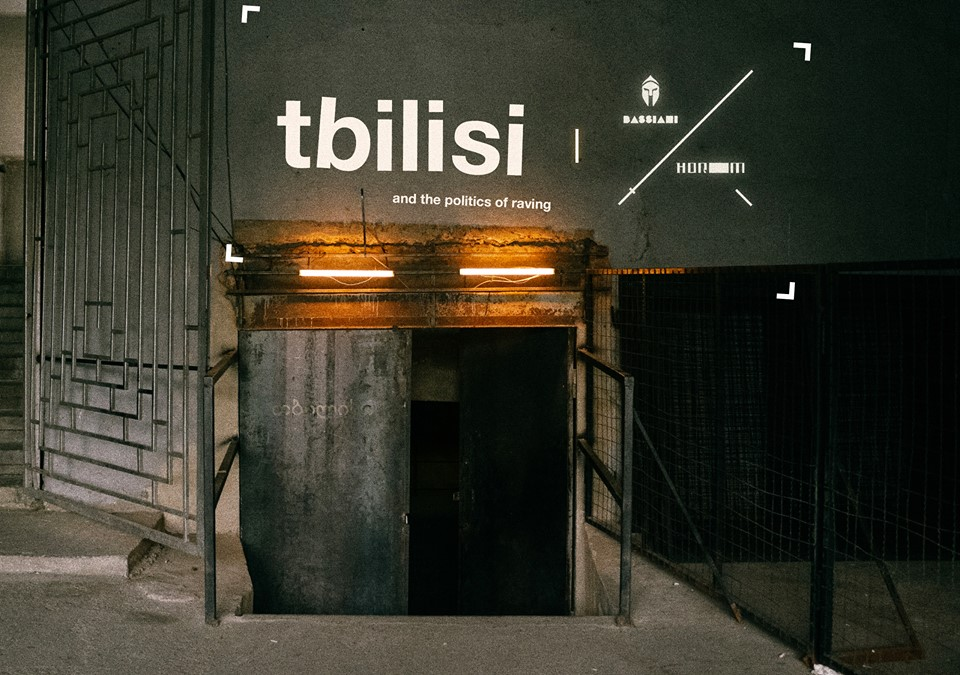 L'ingresso di Bassiani nei sotteranei dello stadio della Dinamo T'bilisi (Fonte: BASSIANI - Official Facebook Page)